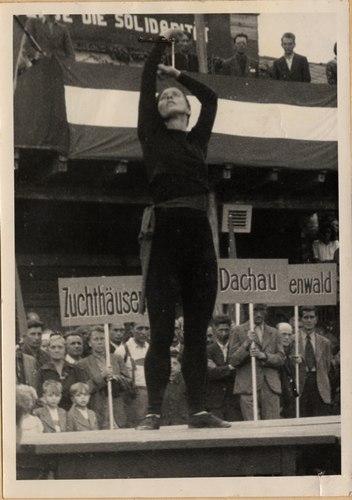 Foto of Hanna Berger on 17 June 1945 at Vienna's Folksolidarity Day: Berger tanzt das Solo 'Kampfruf'