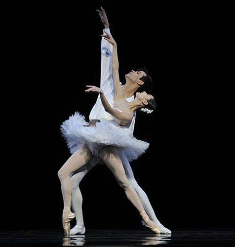 Vito Mazzeo and Yuan Yuan Tan in Serge Lifar's 'Suite en Blanc'.