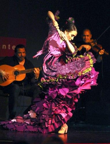Tomás, in magenta <i>bata de cola</i>, Pedro Cortes (guitar), Ali Bello (violin).