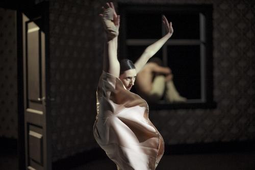 NDT 1. Shoot the Moon of Lightfoot/Sol. Dancer: Parvaneh Scharafali.
