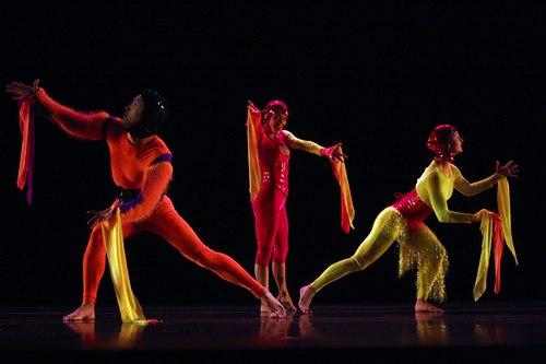 Keigwin + Company Dancers: Ryoji Sasamoto, Nicole Wolcott and Ashley Browne in Elements