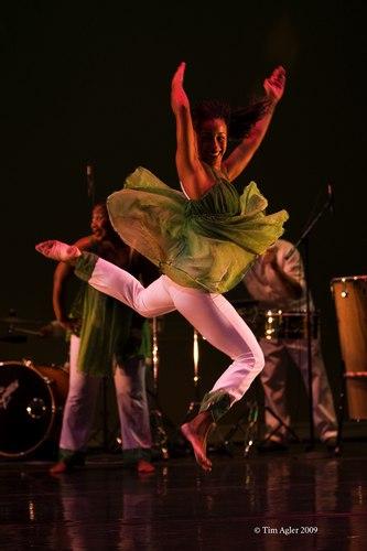 'In Motion, Em Movimento' performed by Viver Brasil